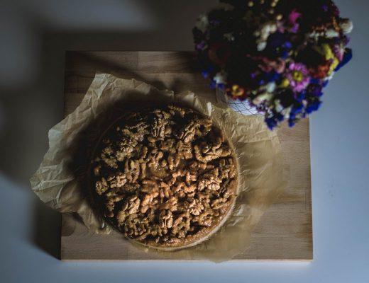 Orechový koláč s karamelom